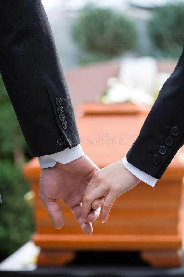 Donna di dolore al funerale con la bara fotografia stock libera da diritti