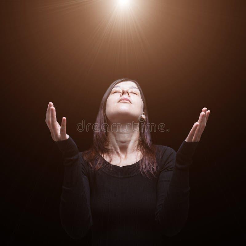 Donna di dolore che prega, con le armi stese nel culto al dio fotografia stock libera da diritti
