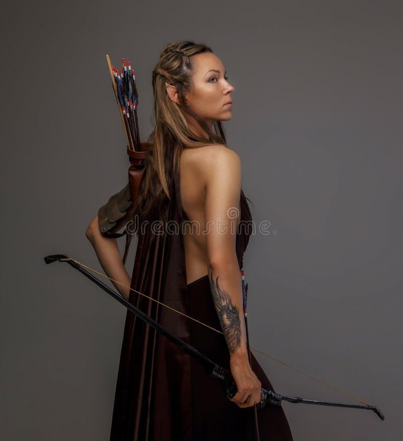 Donna di Elf con un arco immagine stock
