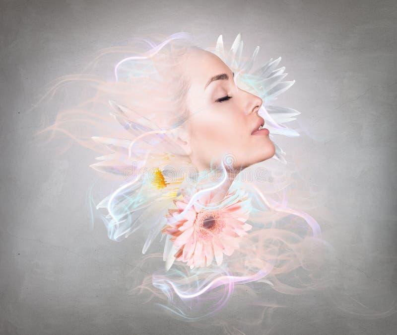 Donna di fantasia con i fiori, il fumo e le luci fotografie stock libere da diritti