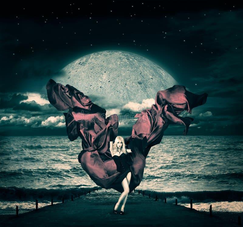 Donna di fantasia con seta d'ondeggiamento al mare tempestoso illustrazione di stock