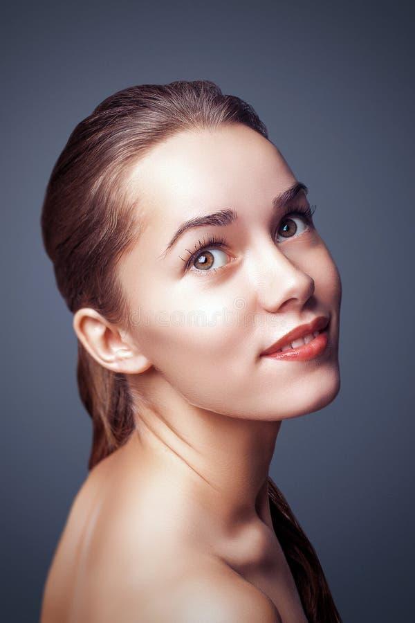 Donna di fascino di modo bella con la bella pelle del fronte di trucco pulito immagine stock