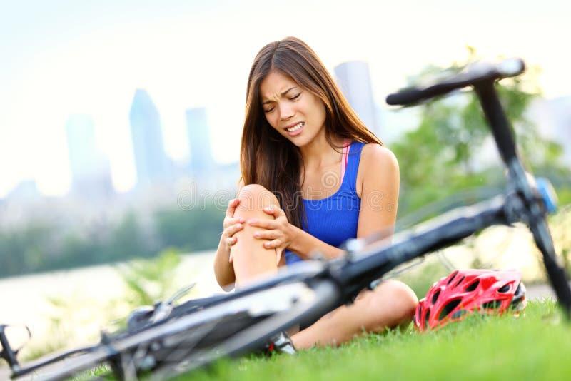 Donna di ferita della bici di dolore del ginocchio immagini stock libere da diritti