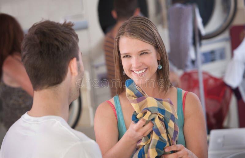 Donna di flirt in lavanderia automatica fotografie stock