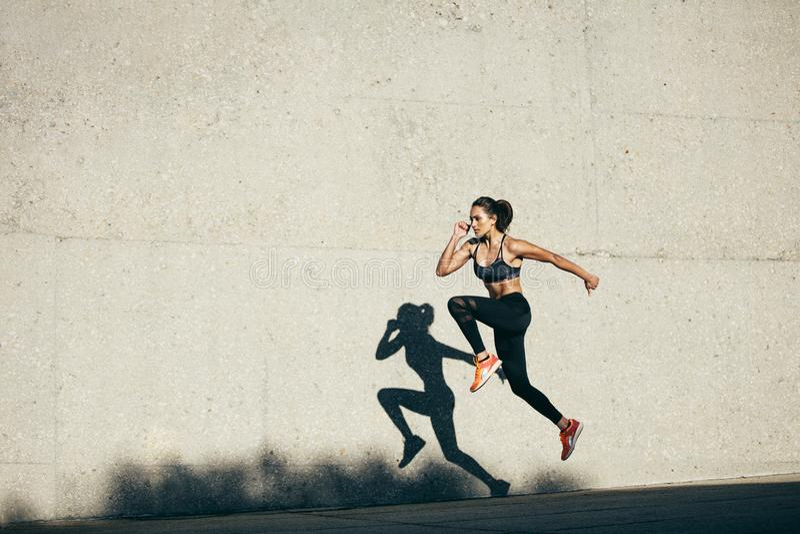 Donna di forma fisica che fa cardio esercizio immagine stock libera da diritti
