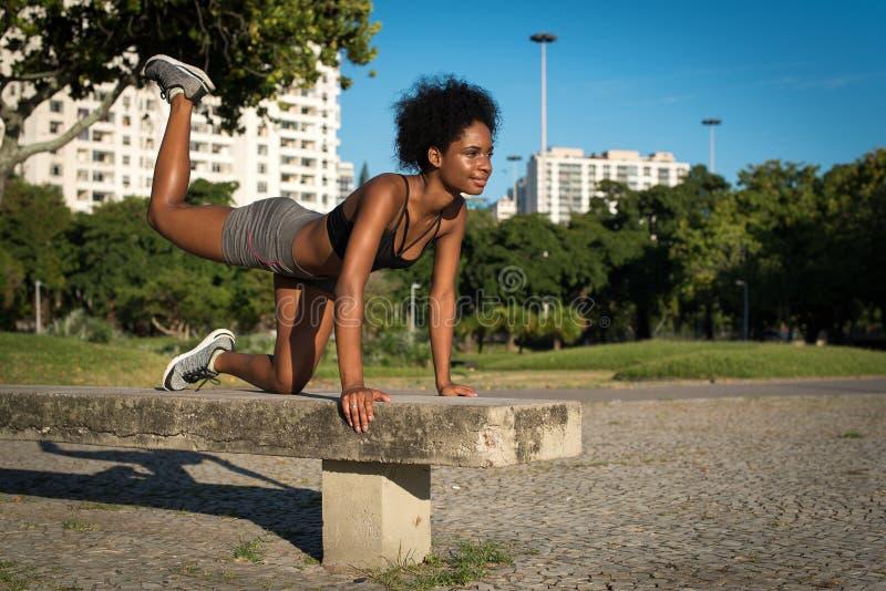 Donna di forma fisica che fa esercizio della natica immagini stock libere da diritti