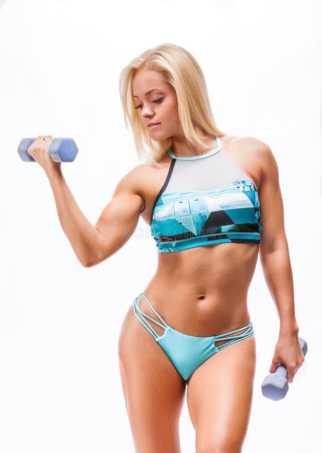 Donna di forma fisica che fa gli esercizi con la testa di legno immagini stock