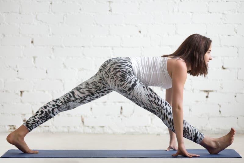 Donna di forma fisica che fa le spaccature sulla stuoia di sport fotografie stock