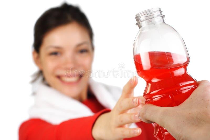 Donna di forma fisica che ottiene la bevanda di sport fotografia stock