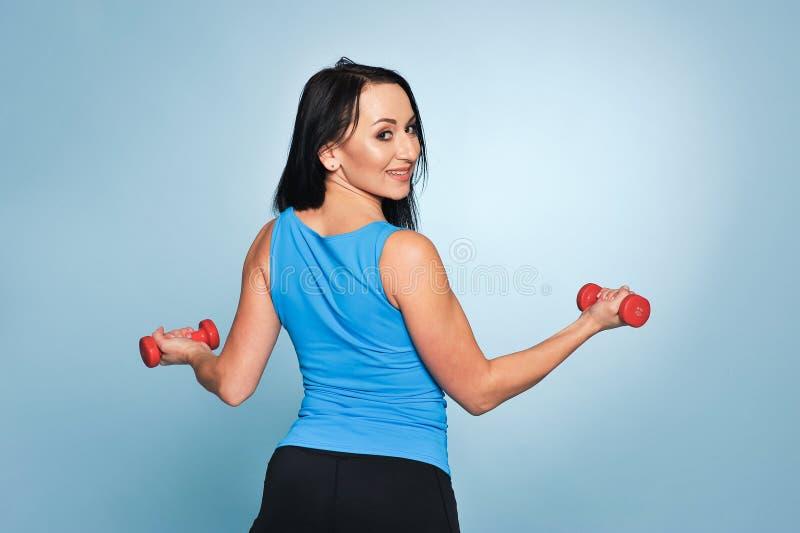 Donna di forma fisica che risolve con i dumbbells fotografia stock libera da diritti