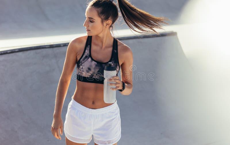 Donna di forma fisica che si rilassa dopo l'allenamento immagine stock