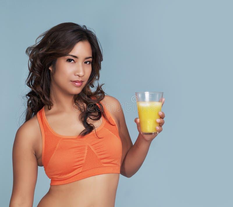 Donna di forma fisica con il succo di arancia fotografie stock libere da diritti
