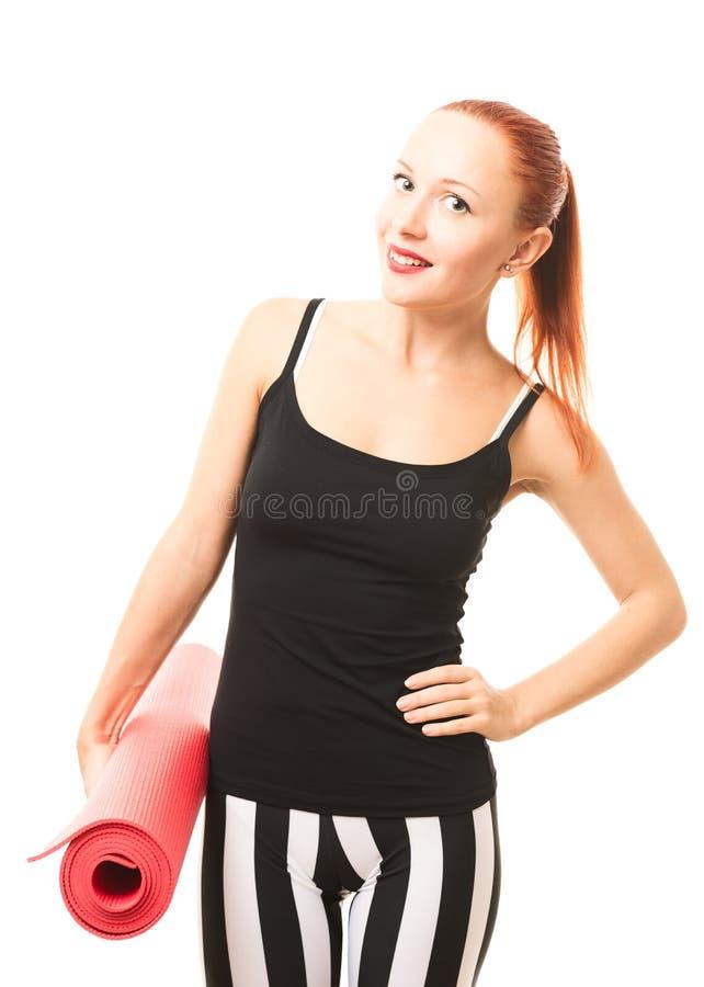 Donna di forma fisica con la stuoia di yoga fotografia stock libera da diritti