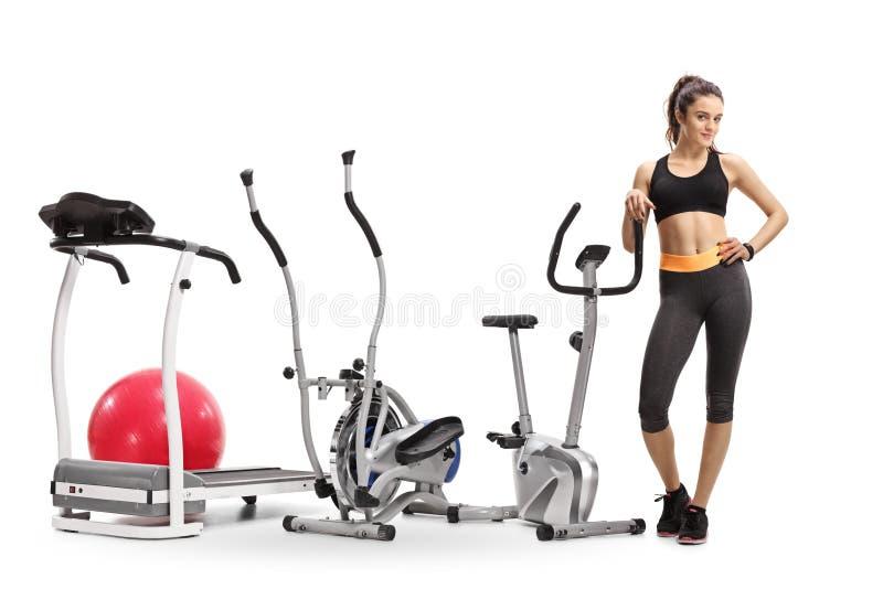 Donna di forma fisica con le macchine di esercizio immagini stock