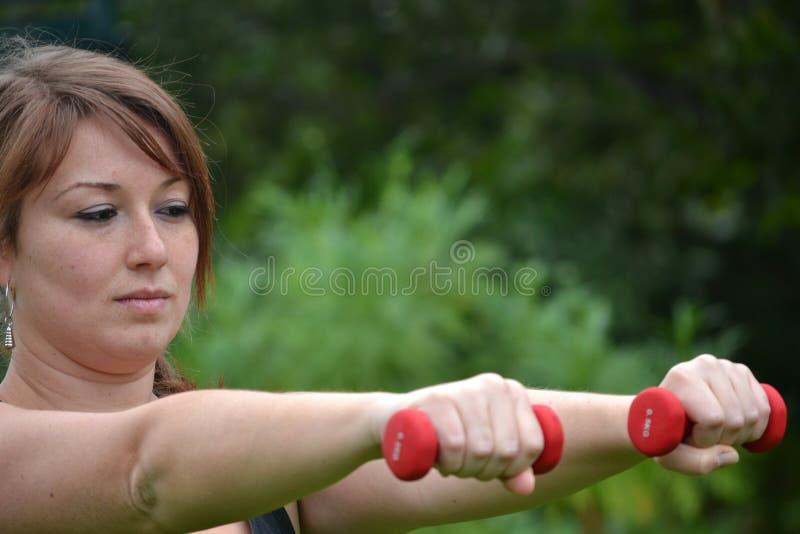 Donna di forma fisica nel parco fotografia stock