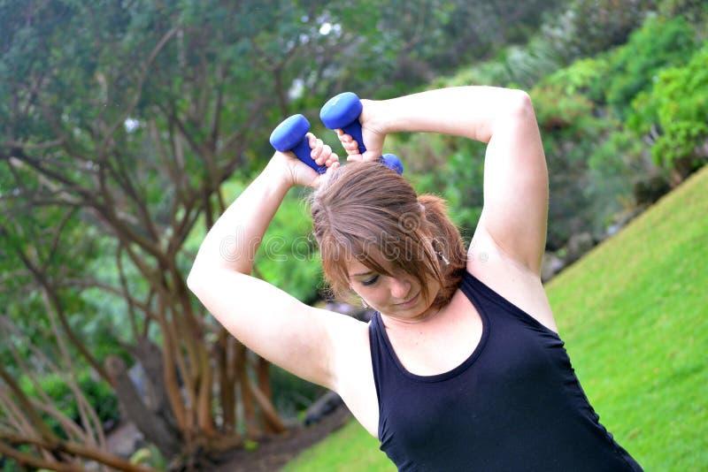 Donna di forma fisica nel parco fotografia stock libera da diritti