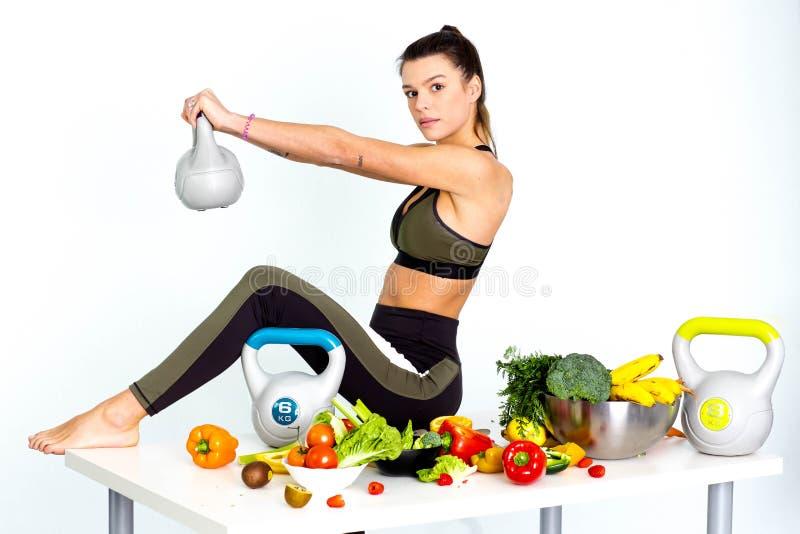Donna di forma fisica di sport che fa esercizio dell'oscillazione di Kettlebell, isolato sull'immagine bianco- fotografie stock