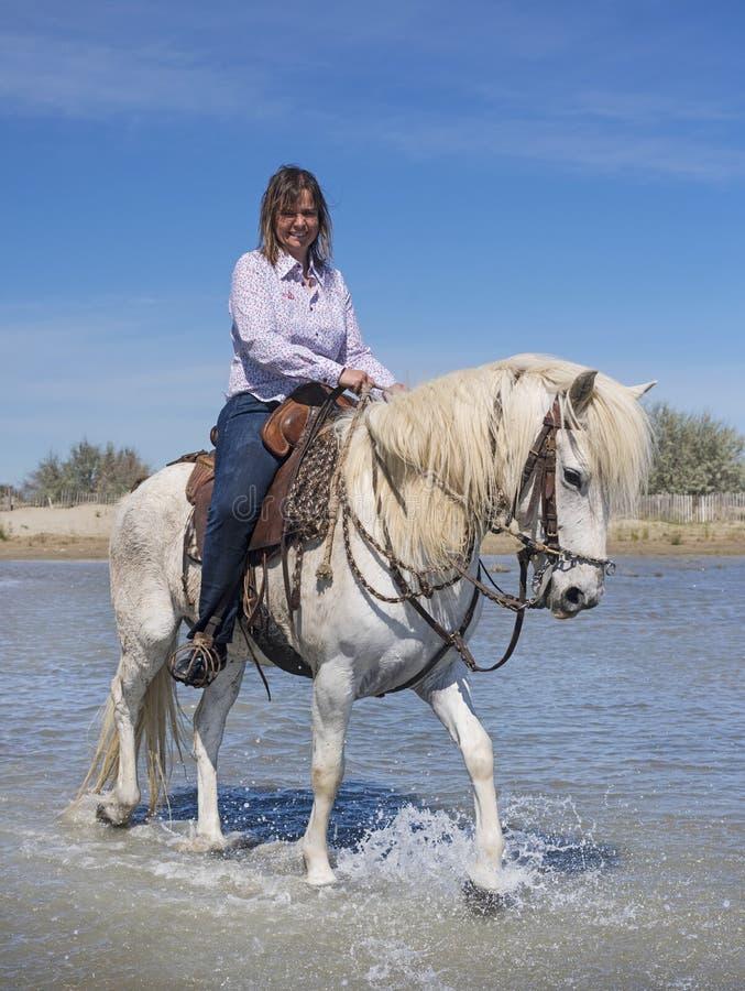 Donna di guida sulla spiaggia fotografia stock libera da diritti