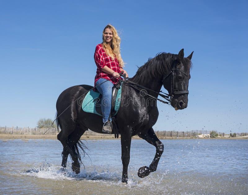 Donna di guida sulla spiaggia immagini stock libere da diritti