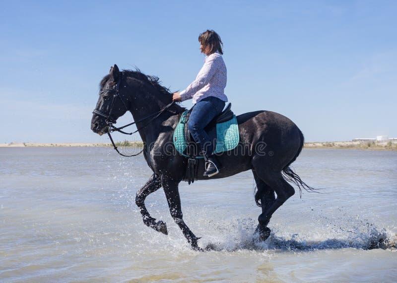 Donna di guida sulla spiaggia immagine stock libera da diritti