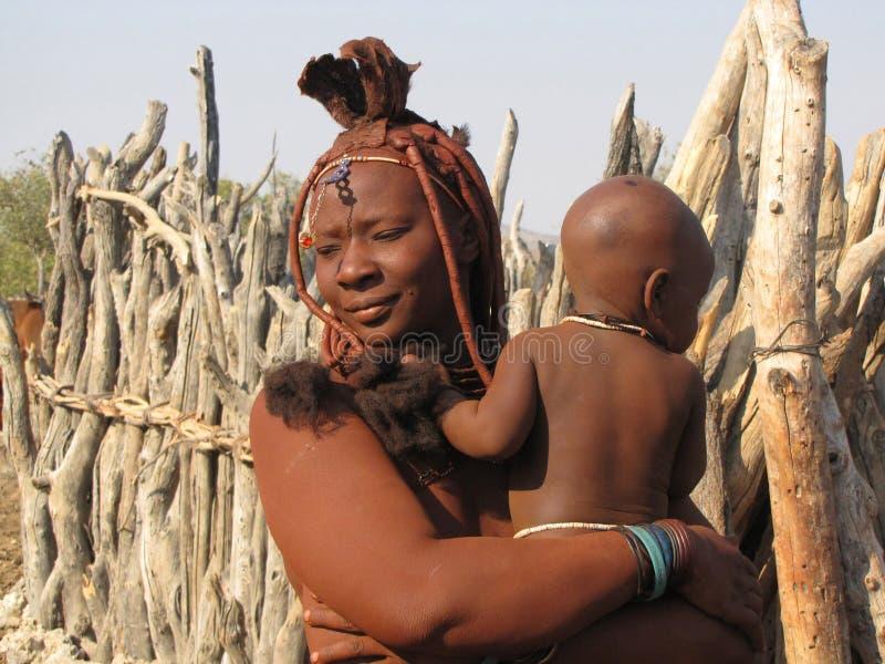 Donna di Himba con un bambino immagine stock