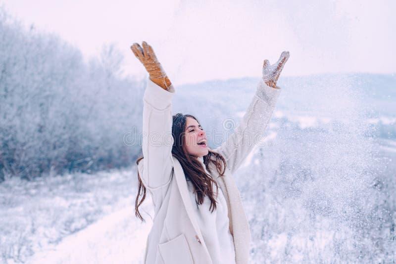 Donna di inverno Godere del tempo e della neve Inverno felice E snowfall Giocando con fotografie stock