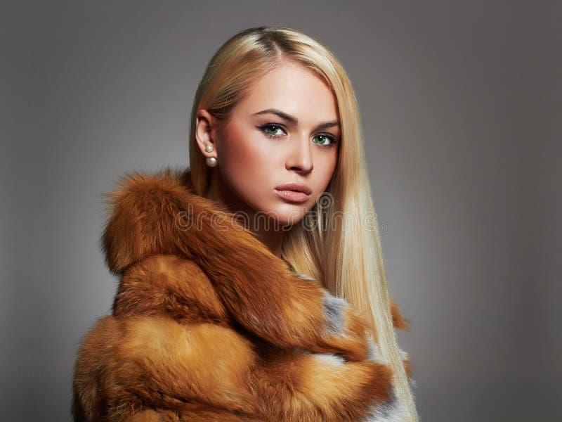 Donna di inverno in pelliccia di lusso Modello di moda Girl di bellezza immagini stock libere da diritti