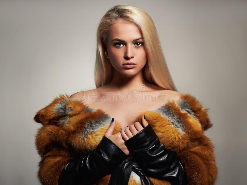 Donna di inverno in pelliccia di lusso Modello di moda Girl di bellezza fotografia stock