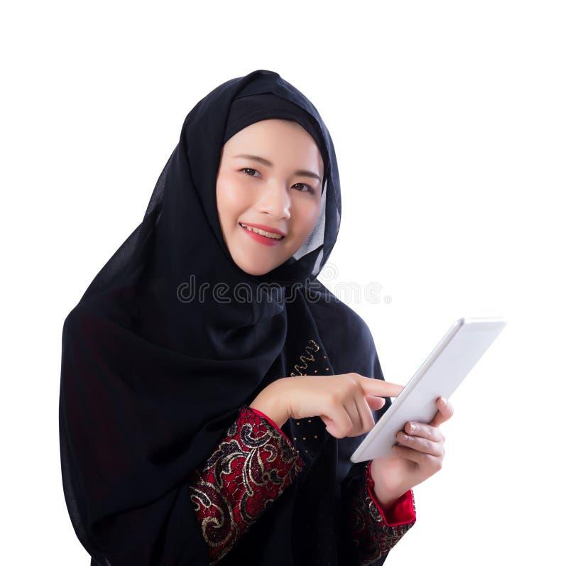 Donna di Islam con il computer della compressa isolato fotografia stock