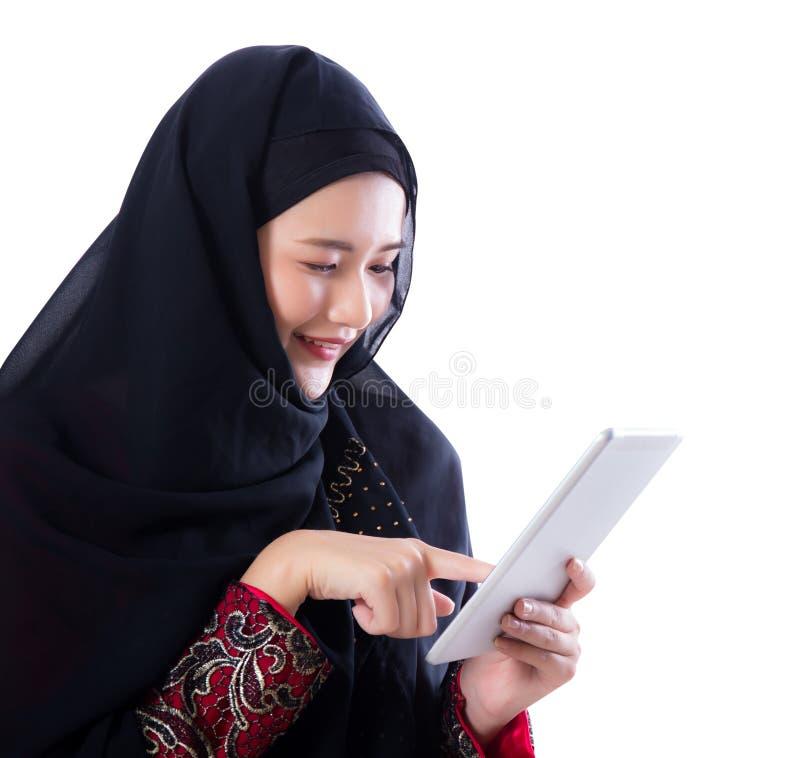 Donna di Islam con il computer della compressa isolato immagini stock libere da diritti