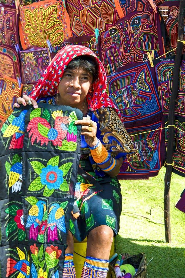 Donna di Kuna, Panama con le opere d'arte tradizionali - pesci luna, fotografia stock libera da diritti