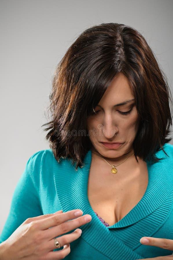 Donna di Latina che avverte una disfunzione del guardaroba fotografie stock