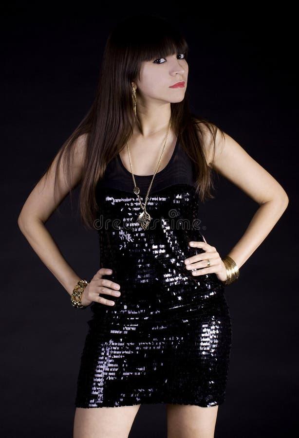Donna di Latina in vestito nero fotografie stock