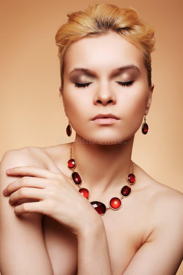 Donna di lusso con i monili naturali di eleganza e di trucco fotografia stock libera da diritti