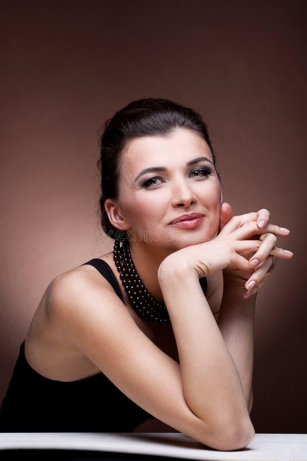Donna di lusso in monili della collana della perla fotografia stock