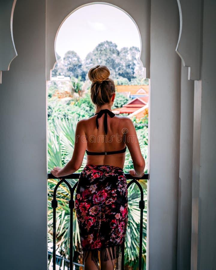 Donna di lusso di stile di vita di viaggio sulla vacanza tropicale di festa ad una località di soggiorno in Tailandia fotografia stock libera da diritti