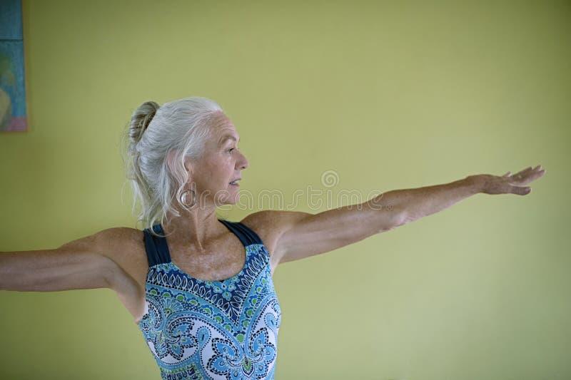 Donna di maturità e di yoga fotografia stock
