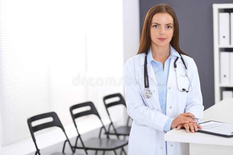 Donna di medico sul lavoro Ritratto del medico femminile che sta reception vicina alla clinica o all'ospedale di emergenza immagine stock libera da diritti