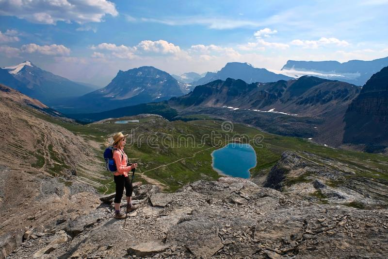 Donna di medio evo che fa un'escursione nel canadese Montagne Rocciose fotografia stock libera da diritti