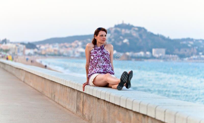 Donna di medio evo su una banchina immagine stock libera da diritti