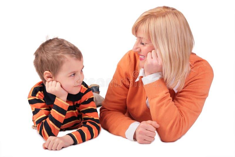 Donna di mezza età con il ragazzo 2 di menzogne fotografie stock libere da diritti