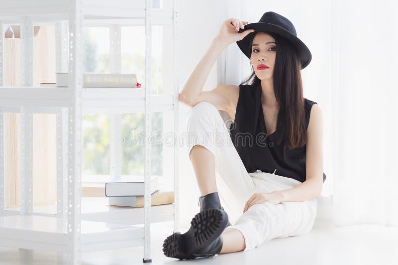 Donna di modello asiatica diritta e pomposa immagini stock libere da diritti