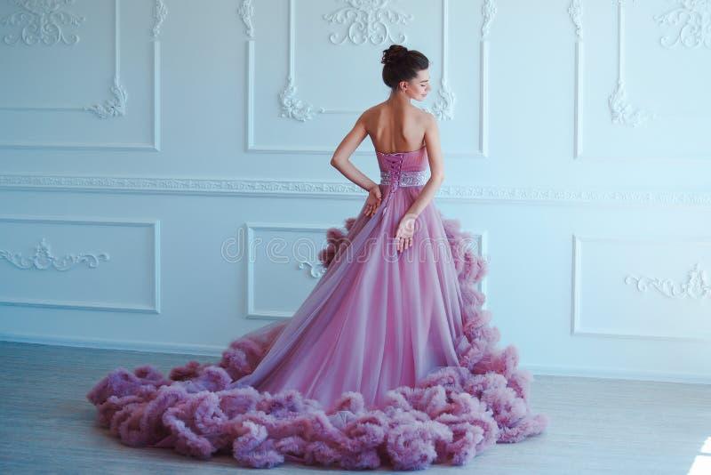 Donna di modello castana di bellezza nell'uguagliare vestito porpora Trucco di lusso e acconciatura di bello modo Ragazza seducen fotografie stock