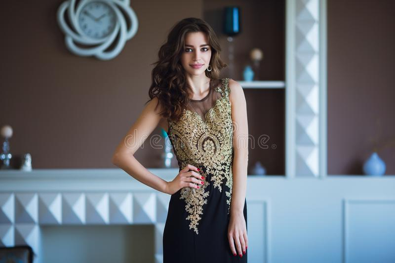 Donna di modello castana di bellezza in vestito da sera elegante Trucco di lusso e acconciatura di bello modo Ragazza seducente immagine stock
