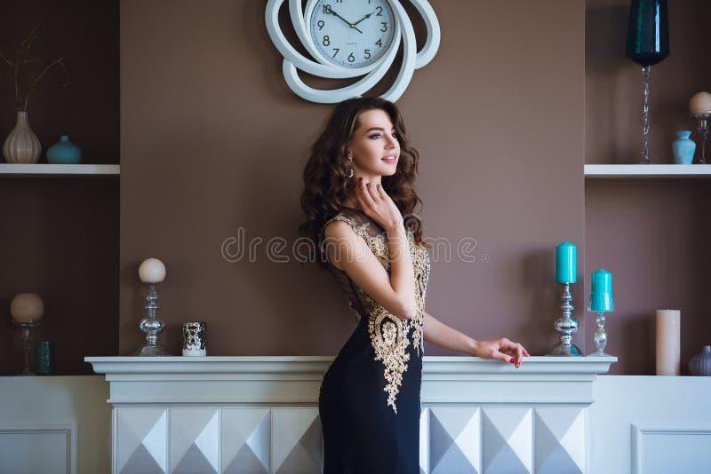 Donna di modello castana di bellezza in vestito da sera elegante Trucco di lusso e acconciatura di bello modo Ragazza seducente fotografia stock libera da diritti