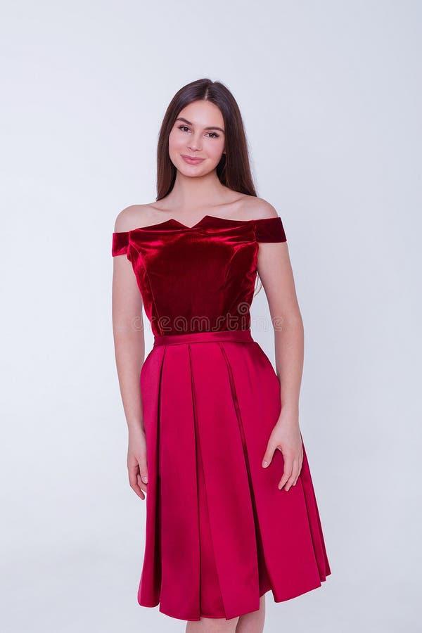 Donna di modello castana di bellezza in vestito da sera Trucco di lusso e acconciatura di bello modo Siluetta seducente della rag immagini stock libere da diritti