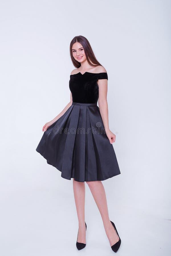 Donna di modello castana di bellezza in vestito da sera Trucco di lusso e acconciatura di bello modo Siluetta seducente della rag immagini stock