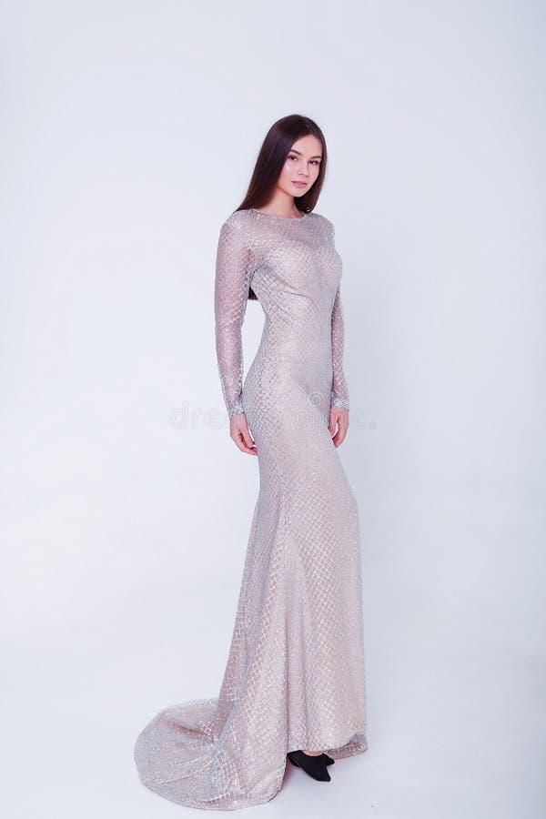 Donna di modello castana di bellezza in vestito da sera Trucco di lusso e acconciatura di bello modo Siluetta seducente della rag fotografie stock libere da diritti