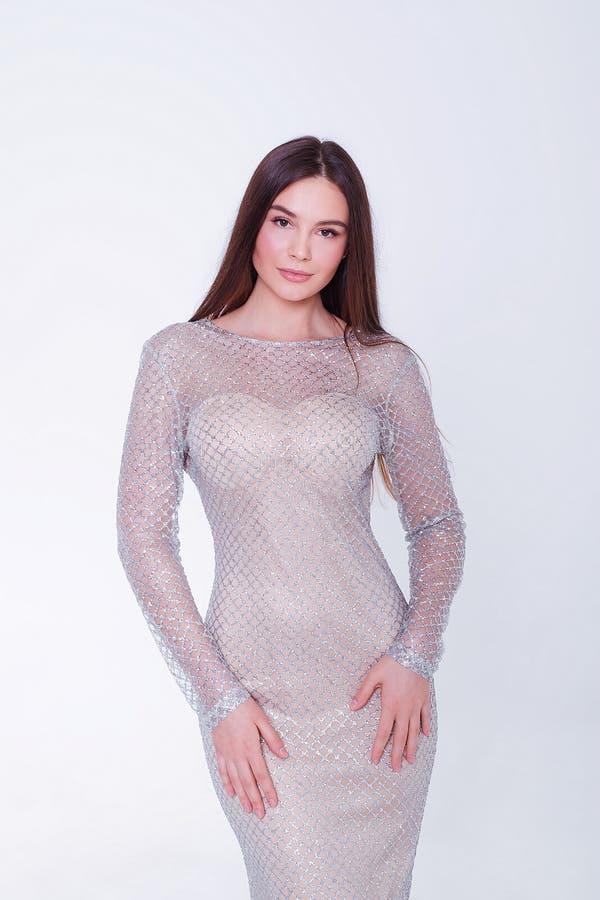 Donna di modello castana di bellezza in vestito da sera Trucco di lusso e acconciatura di bello modo Siluetta seducente della rag immagine stock