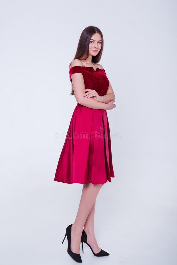 Donna di modello castana di bellezza in vestito da sera Trucco di lusso e acconciatura di bello modo Siluetta seducente della rag fotografia stock libera da diritti